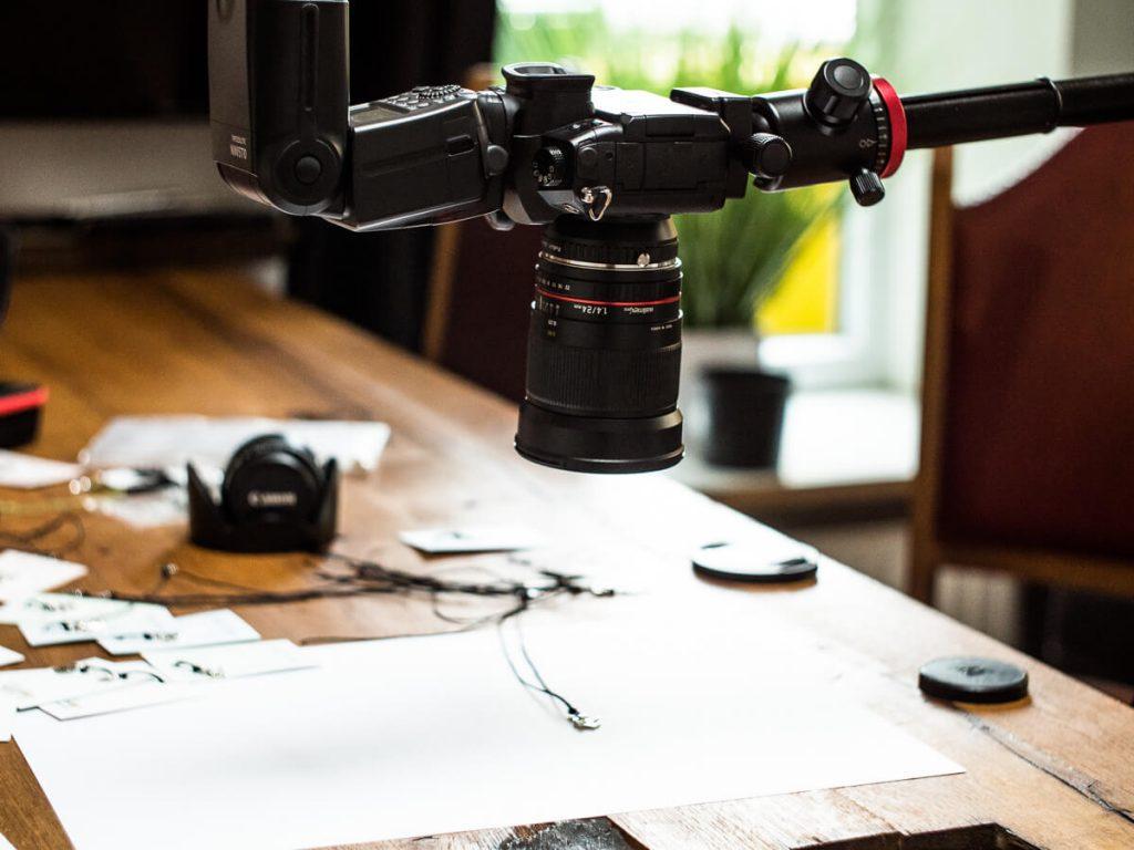 Panasonic MFT Kamera auf einem Fotostativ mit einem Auslegearm.